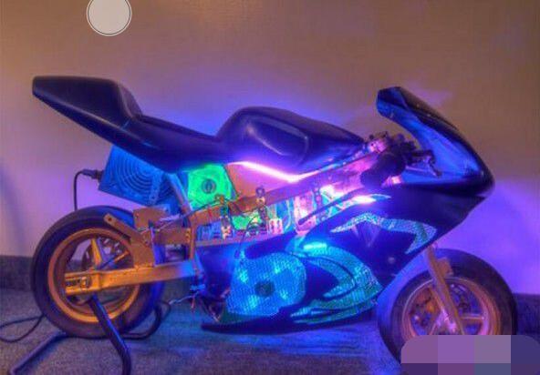 看着这架在黑夜中闪闪发光的炫酷摩托车,是不是觉得特别的拉风和潮流?然而更让人震惊的是,其实这是国外一名技术宅男利用父亲所遗弃的摩托车打造而成电脑主机。