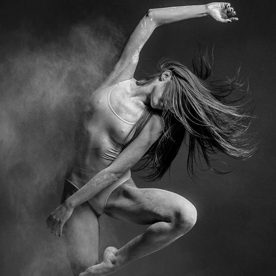 用面粉来作画 俄罗斯摄影师动感人体作品