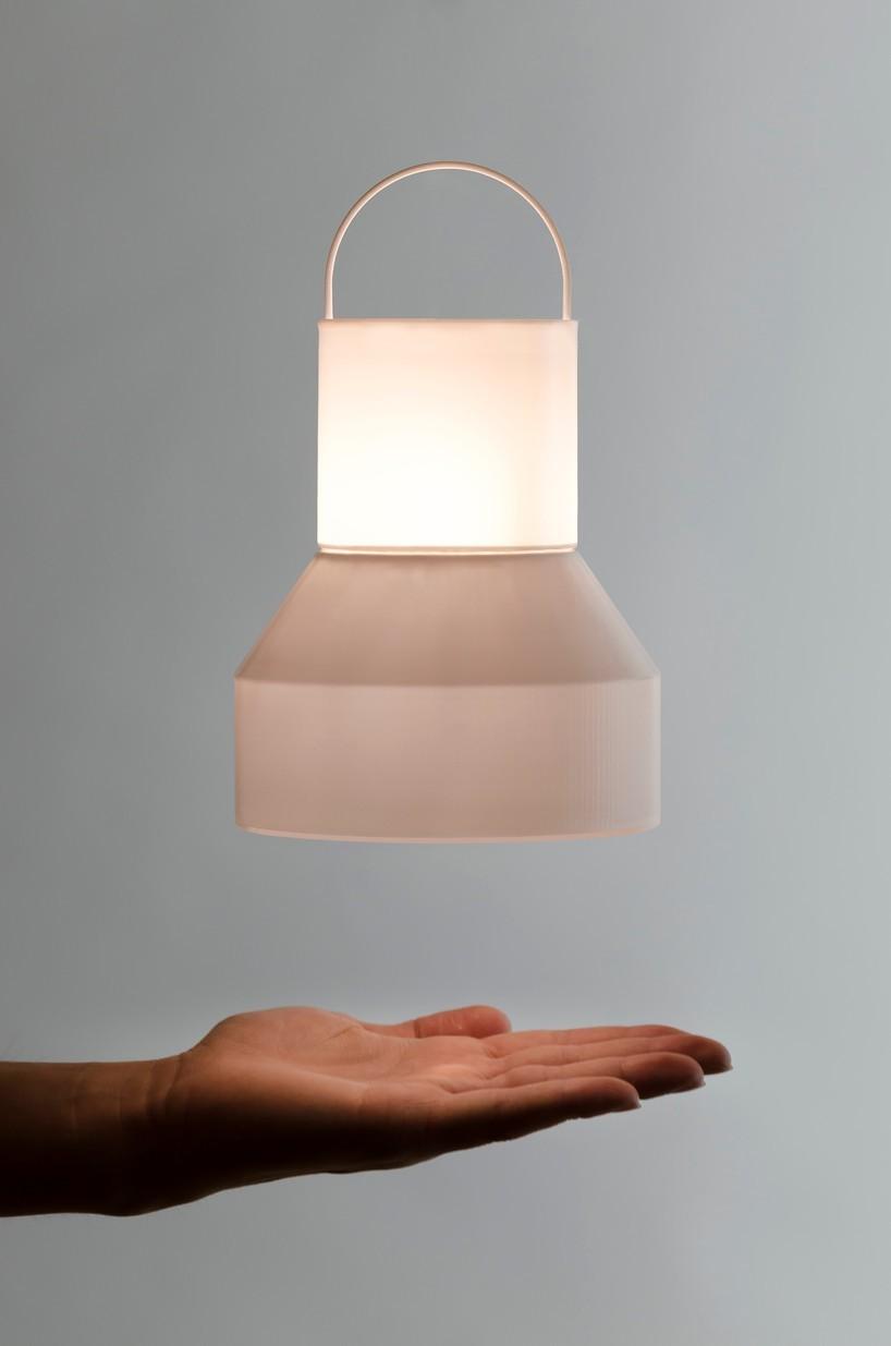 """如果用一个词汇来形容国外的设计师的话,""""想象力丰富""""应该是比较恰当的,换言之你可以理解为""""脑洞大""""!就比如这位名叫lynn chaya的设计,他设计了一款可以悬空漂浮的手提灯。"""