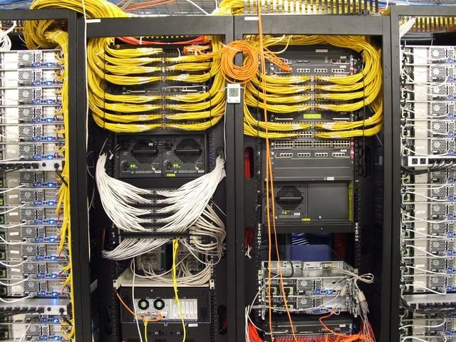 它由主机房(包括网络交换机,服务器群,存储器,数据输入/输出配线,通信