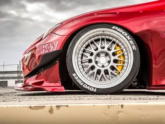 19英寸的轮毂加上极低的车身。