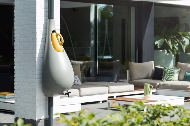 你有想过如何利用雨水吗?国外一家公司设计了一款雨水收集器,这个装置可以安装在房屋的排水管道。