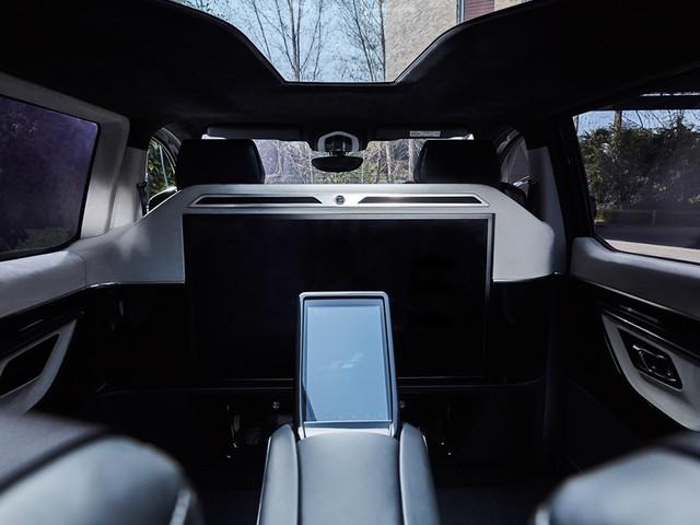 车内科技感十足。驾驶舱和后座乘客区域声音隔离设计,致力于让车内乘客享受头等舱体验。