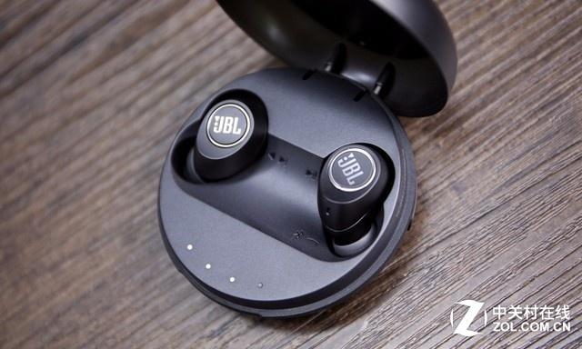 JBL FREE真无线入耳式耳机拥有强大续航能力和快速充电特性,耳机内置电池提供4小时持续播放,而便携小巧的智能充电盒还能额外提供20小时的电力。