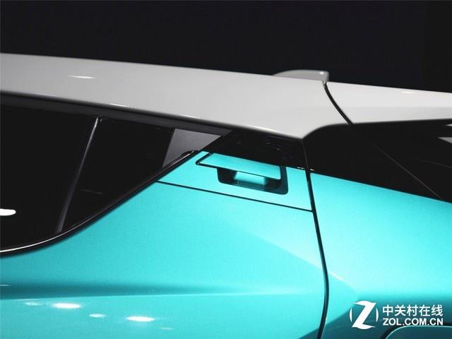 """CHR车型基本上照搬了国外原汁原味的设计,在广汽丰田的官网宣传上,即已通过""""全球原版引入""""这几个大字表明了自己的身份。(图为后门车把手)"""