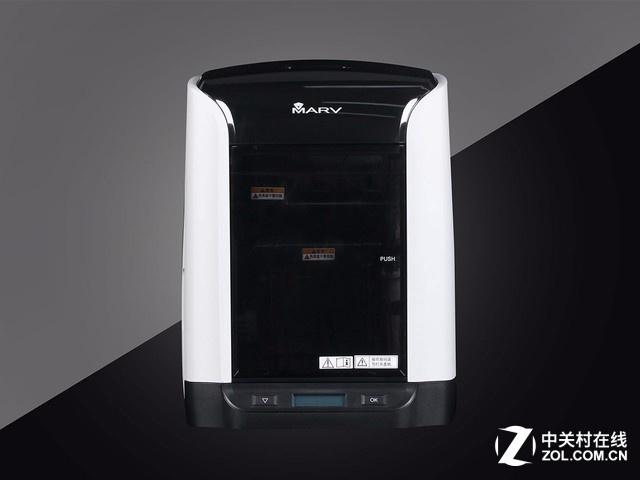 """佳能Marv 3D打印机有一个奇幻风格的中文名,""""魅立方"""",魅力四射。机身采用黑白配色,整体尺寸为340x393x435mm,摆在桌面上也显得非常小巧,不需要特别的空间来放置。打印成型空间为140x140x150mm,尽管是小尺寸的打印体积,空间利用率还是比较高的。"""